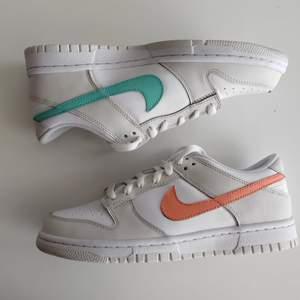 Säljer Nike Dunk Low GS Peach Aqua. Storlek: EU40. Dem är helt nya och oanvända. Köparen står för frakten, eller upphämtning i Malmö. 🤗 Kom PM om det är något ni undrar!