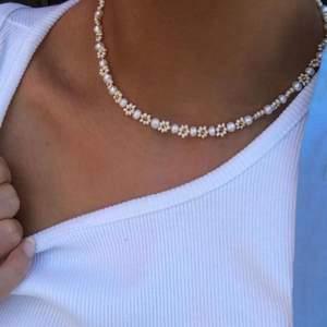 Gör detta på beställning för 249kr pärlorna är äkta sötvattenspärlor! Säljer även på instagram där jag heter @aliceruthjewelry 🥰🥰🥰