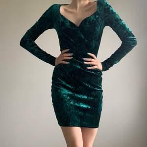 Jätte fin miniklänning från Nelly i grönt velour/sammet material! Den är i super bra skick! Är i storlek XS men skulle säga att den passar S ochså då materialet formar sig snyggt efter kroppen och är stretshigt☺️