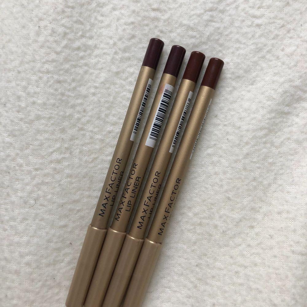 Så snygga färger på läpp pennor från maxfactor! Helt nya, från min pappas gamla butik! Finns två av varje färg. Hör av er vid frågor:) 1 för 30, 2 för 50❣️. Accessoarer.