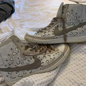 Höga skorn ifrån Nike super unika och skicket är 10/10 , Köparen står för frakt 💕