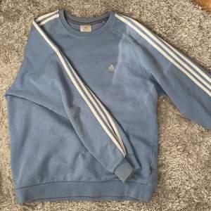 Overzized Sweatshirt från Adidas. Köpt vintage men i väldigt fint skick.