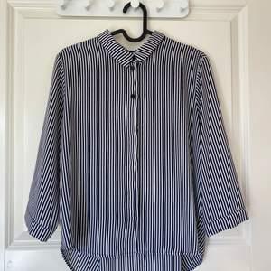 Snygg randig skjorta från Monki i storlek S