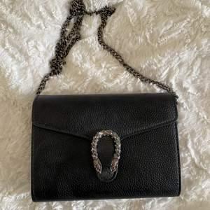 Jätte fin väska med orm spänne, bra med förvaring. Fint skick och knappt andvänd.⚡️