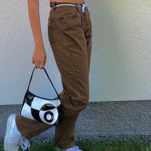 snygga bruna straight leg jeans köpta på beyond retro från märket Wrangler. jag på bilden är 172 cm med M i jeans. står L32 men skulle säga att de passar s/m (skriv privat för frågor)