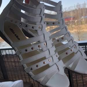 Dessa skor är köpta från din sko i storlek 36 för runt ett halvår sedan. Vi köpte dem för 500 kr och de är andvända några gånger och nu säljer jag dem för 199 + frakt.Under halvåret har jag ändrat stil och det är anledningen till att jag säljer dem! De passar super bra på mig och jag har storlek 36 just nu! De är inte alls slitna och otroligt fräscha! Frakten ingår inte så det innebär att slutliga priset blir runt 199-299 och det innebär att du sparar runt 200-300 kronor,men det kan vi diskutera om du är intresserad! ❤️ ställ gärna mer frågor!