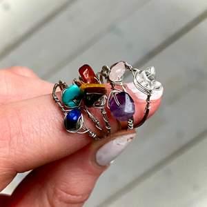 Ringarna finns även i guld! Ringar av äkta kristaller: Rosenkvarts (ljusrosa), Bergskristall (genomskinlig), Tigereye (brun), Lapis lazuli (mörkblå), Jade (ljusblå), Karneol (orange/röd), Ametist (lila). Vid köp av 5 eller fler ringar får du en extra ring på köpet (du väljer ring). Ringarna finns i XS/S och M/L. Ringarna kostar 15kr/st och frakten är 12kr oavsett hur många man köper! Skriv privat för frågor😊