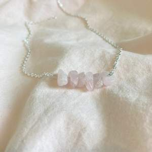 Handgjort halsband med rosenkvarts, funkar utmärkt till fest som vardag! EJ NICKELFRITT.