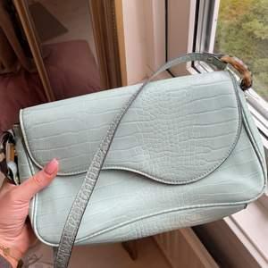 Turkos(?) väska med ormskinnsmönster. Köpare står för frakt!🤎