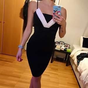 Säljer denna fina svarta klänning med rosett på bysten. Den vita delen är också lite ljusrosa (kanske man inte kan se på bilderna). Sitter tajt men är super bekväm. I bra skick. Väldigt elegant!
