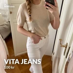 Vita cropped flare / kick flare jeans från dr denim, stl 40 men passar 36-38, stretchiga, en fläck på benet & några innuti därav priset,