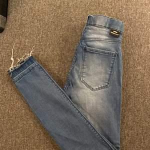 Mellanblå jeans i strl S från drdenim. Mycket stretchiga och sköna. Använda några gånger men inget fel alls på dem. Kan ta fler bilder om drt skulle behövas🥰