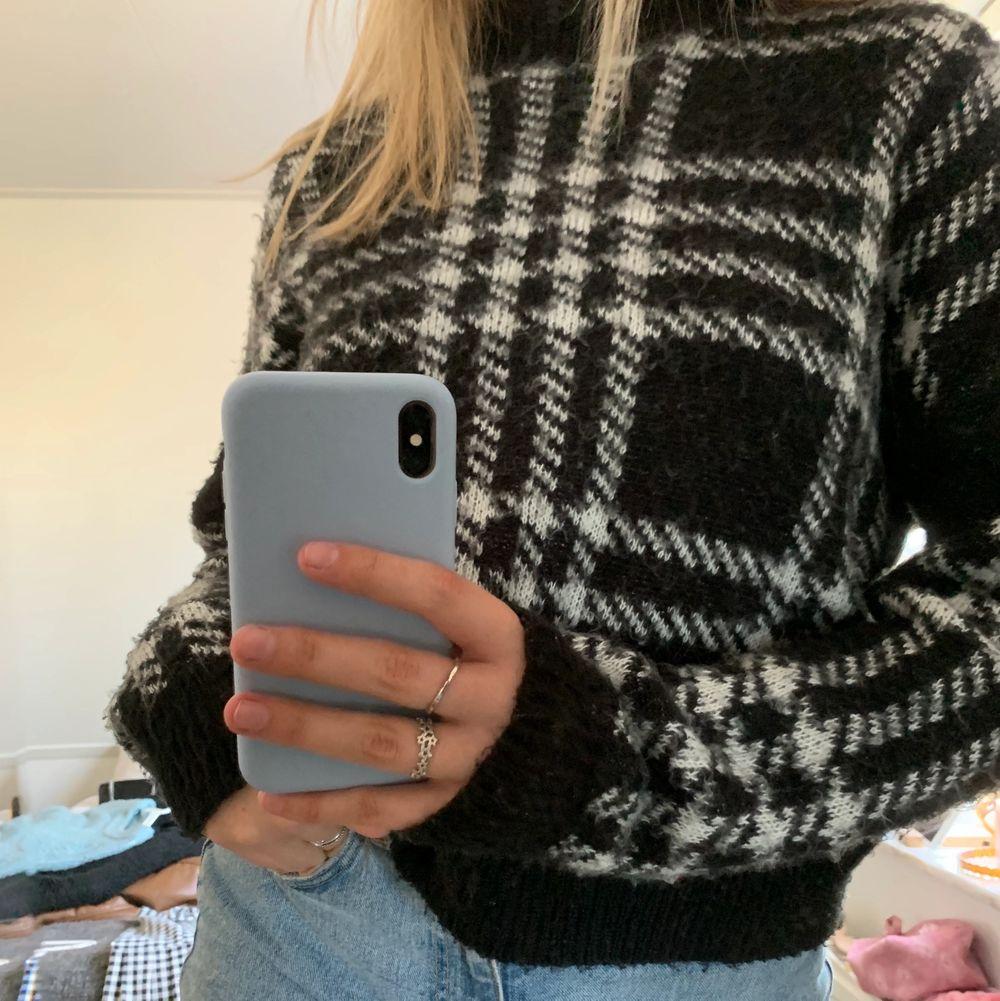 Säler denhär stickade tröjan i rutigt mönster då den aldrig används. Den är jättefin och i bra skick!. Stickat.