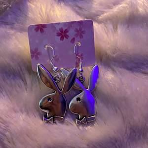 egengjorda playboy örhängen som är snygga till allt🤍