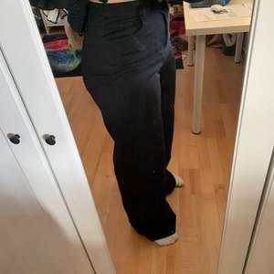 Säljer mina svarta jeans från boohoo då de inte används och bara ligger. Det är modellen tall och är för långa för mig som är 165 cm. De är i storlek 40. Köparen står för frakten. Frakten kan variera