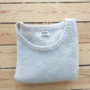 Skönaste tröjan jag ägt, är till största del gjord av ull och mohair. Ljusrosa.