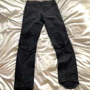 Unika och balla mörkgråa jeans från märket C'N'C, mindre i storleken så kan även mindre om man vill ha en lite mer baggy fit, nypris 2100kr. hjälper en person o sälja
