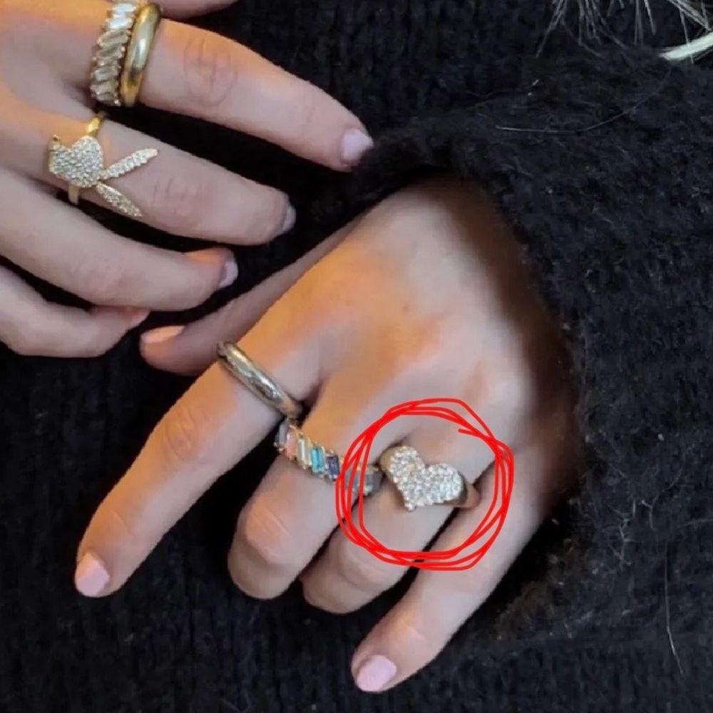 Så fin ring som jag tyvärr inte får användning av.  Inga slitningar på framsidan man har börjat tapp färgen på baksidan ❤️ Första bilden är lånad!! Frakt tillkommer . Accessoarer.