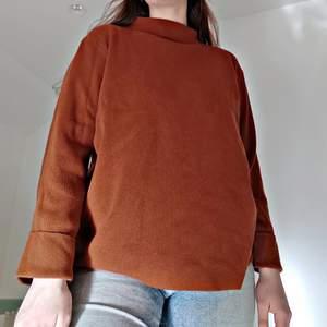 🦋Frakten ingår i priset!🦋En brun tröja i supert material! Den är väldigt bekväm och passar till nästan allt! I väldigt bra skick! Storlek: M, passar S och L också. För mer info skicka dm!