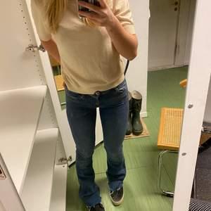 Säljer dessa bootcut zara jeans i mörkblå💕