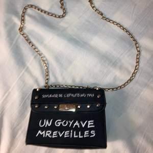 Så fin väska som kan användas både som crossbodybag och axelremsväska. Kan mötas upp i Sthlm, annars står köparen för frakten❤️