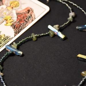 Halsband med färgade bergskristaller och grön aventurin samt gröna glaspärlor.