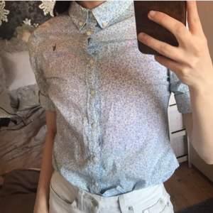 Så söt blus / skjorta med kort ärm från Ralph Lauren. Storlek 12 år, passar mig som bär xxs/xs. Blommigt fint mönster till sommaren  🌺 💕 Går att göra till längre armar men då blir den nog för kort om man är över 1,50 iallafall!