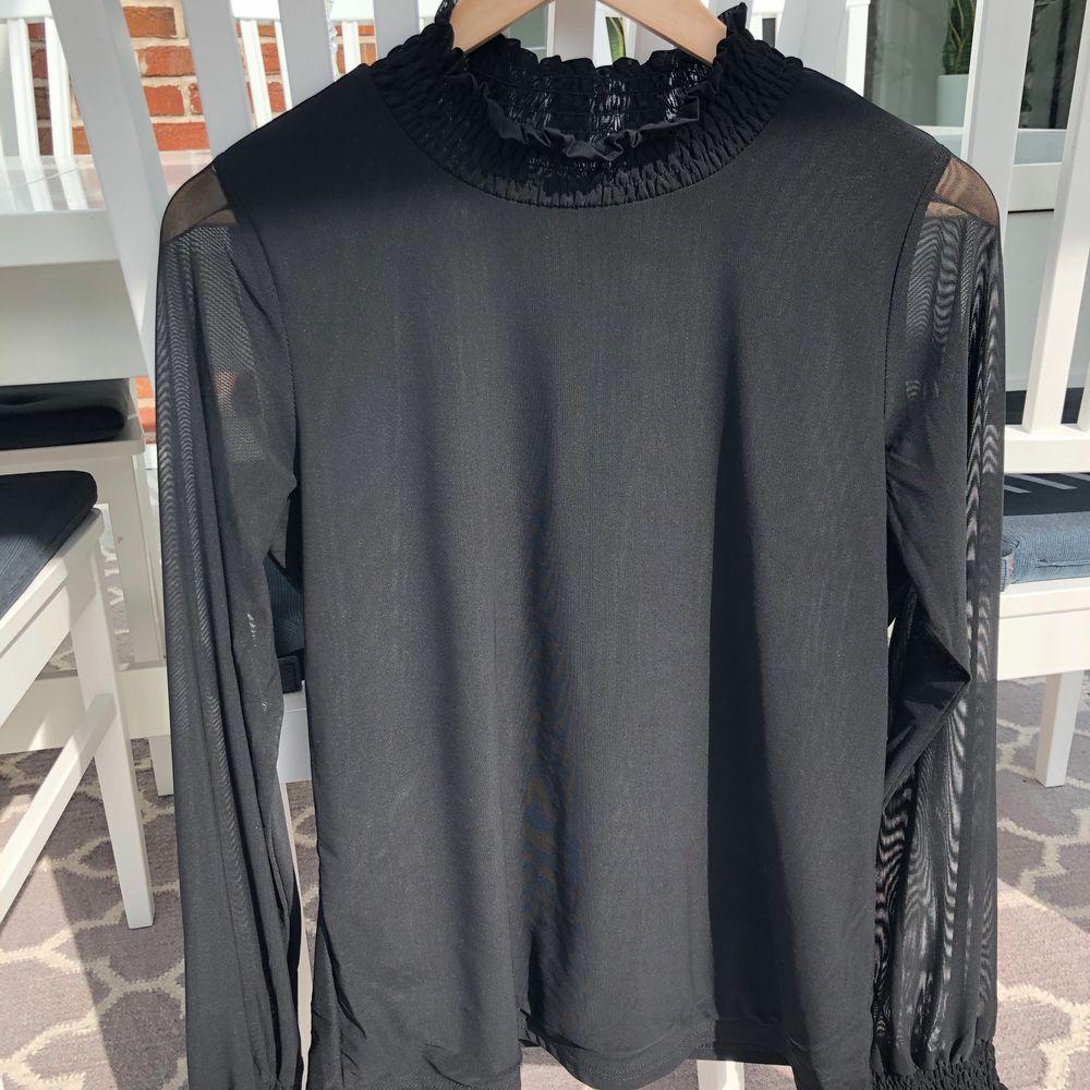Säljer denna blus som är i tunnt skönt matierial. Den är i strl S. Säljer den för 50kr + ev frakt. Blusar.