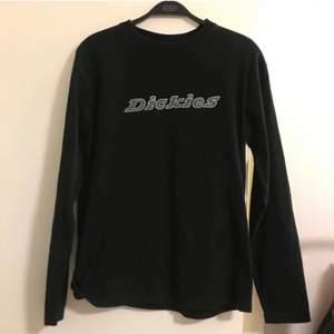 dickies tröja köpt här på plick kommer inte till användning. lånade bilder från förra ägaren. köparen står för frakten