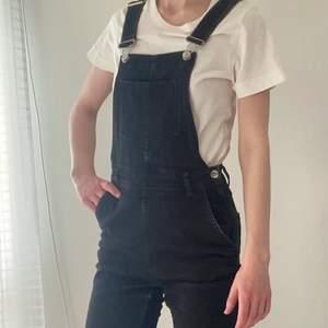 Svarta hängselbyxor i jeanstyg från HM, i storlek XS.
