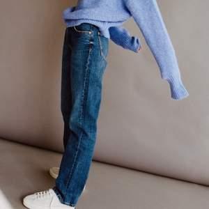 Säljer dessa helt nya raka jeans från zara. Lappen sitter kvar. Helt slutsålda i alla storlekar. Frakt tillkommer på 66kr spårbart