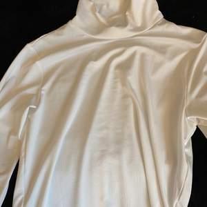 En jättefin tröja som jag aldrig har använt, passar mer S än M. Den är lite genomskinlig men jag köpte den för att ha under en sweatshirt💗