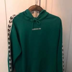 Adidas TNT tape hoodie, bra skick, S men passar M! Skriv om du har några frågor!!
