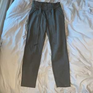 Gråa kostymbyxor från Vero Moda i storlek xs, längd 32. Helt oanvända