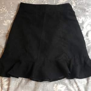 Snygg kjol i mocka med dragkedja och volang längst ned ❤️