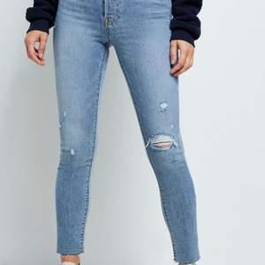 Supersköna och snygga Levis jeans, använda 5ggr så nästan som nya 😊 mycket stretcha och modellen heter wedgie skinny om ni vill kolla passformen då de är för små för mig. Frakt tillkommer 💞