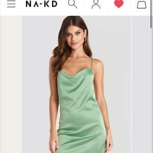 Söker denna gröna satin klänningen från nakd, kontakta ifall du har en i storlek 34, kanske 36 som du vill sälja💞 letar även efter liknande klänningar och kjolar i samma färg.