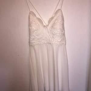 Vit jättefin klänning från bubbelroom, använd i några timmar alltså ny skick. korsad i ryggen och lite urringad med spaghetti axelband. köpt för 599kr. skriv vid intresse eller fler bilder💕