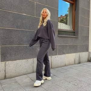 Säljer mina gråa LXA sweatpants då de är för stora. Från senaste släppet, i nyskick! 599kr inkl frakt. (Bilderna är lånade)