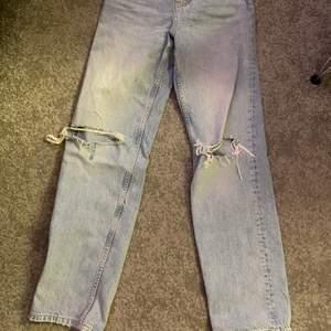 De populära Gina jeansen med hål i, mid rise snygga till sommaren!! Buda om de fler intresserade 😌