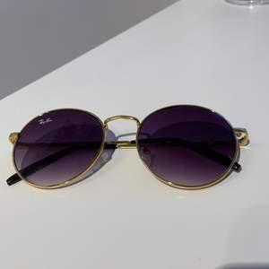 runda solglasögon, sparsamt använda. obs inte äkta! skicka DM/läs bio vid funderingar:)🤎🤎