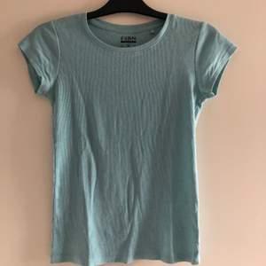 Säljer en baby blå ribbad t-shirt i strl S som aldrig kommer till användning. Stretchigt och soft meterial 😍😍
