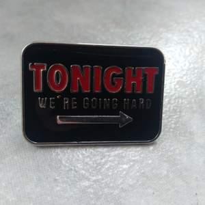 Cool metal pin från NewYorker, knappt använd. Kort sida- ca 1,5 cm. Lång sida- ca 2,5 cm.
