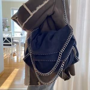 Mörkblå falabella Stella mc cartney väska i väldigt gott skick! Nypris: 8 tusen. MÅTT: 37x36x9 cm