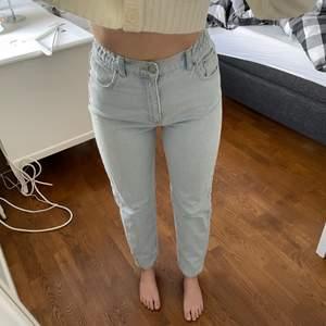 Så fina ljusa jeans från PULL&BEAR perfekta nu till sommaren. Aldrig haft ett par jeans som sitter bra i rumpan men också i midjan. Jeansen har som en resår i midjan vilket gör att den passar många olika kroppsformer. In å kolla min profil för mer saker😊