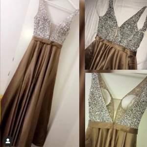 Jätte vacker balklänning i brun/guld färg med paljett överdel. Endast använd en gång. Pris går att diskuteras vid snabb affär.