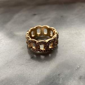 Guldig ring som jag köpt här på plick men säljer vidare då den var lite för stor, den är från asos från början, köpare står för frakten