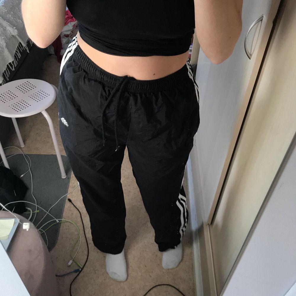 Raka adidas byxor, går att dra upp längst ner i benet en bit. (Samma som de andra på mitt konto). Storlek S. Köpta från beyond retro. Fraktar bara pga Corona . Jeans & Byxor.