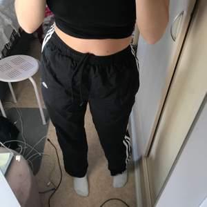 Raka adidas byxor, går att dra upp längst ner i benet en bit. (Samma som de andra på mitt konto). Storlek S. Köpta från beyond retro. Fraktar bara pga Corona