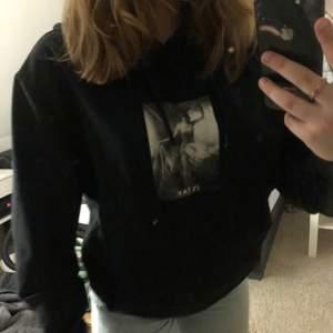 En svart hoodie med tryck från Stay i storlek M. I Bra sick🤍